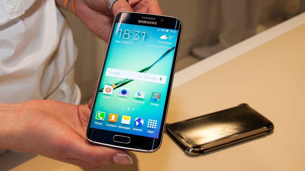 243d0e33 Galaxy S6 Edge har skjerm som er bøyd langs sidene. (Bilde: Marius Valle)
