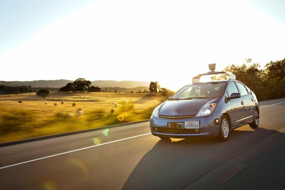 Dette bildet er fra 2009 da Google startet testing med selvkjørende biler på veiene i California med denne ombygde Toyota Prius-en.