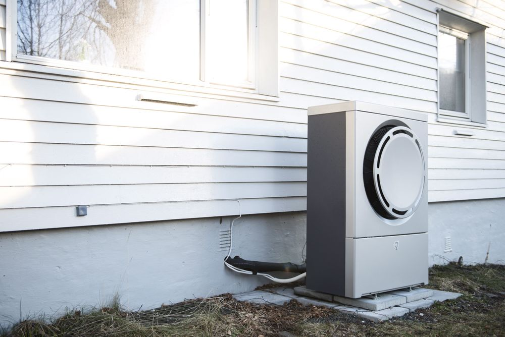Alle som kjøper varmepumpe, bør samtidig kjøpe energimåler for å kunne sjekke at man får det resultatet som selgeren har forespeilet, oppfordrer Enova. Varmepumpen på bildet er kun en illustrasjon, og er ikke et eksempel på feil installering.