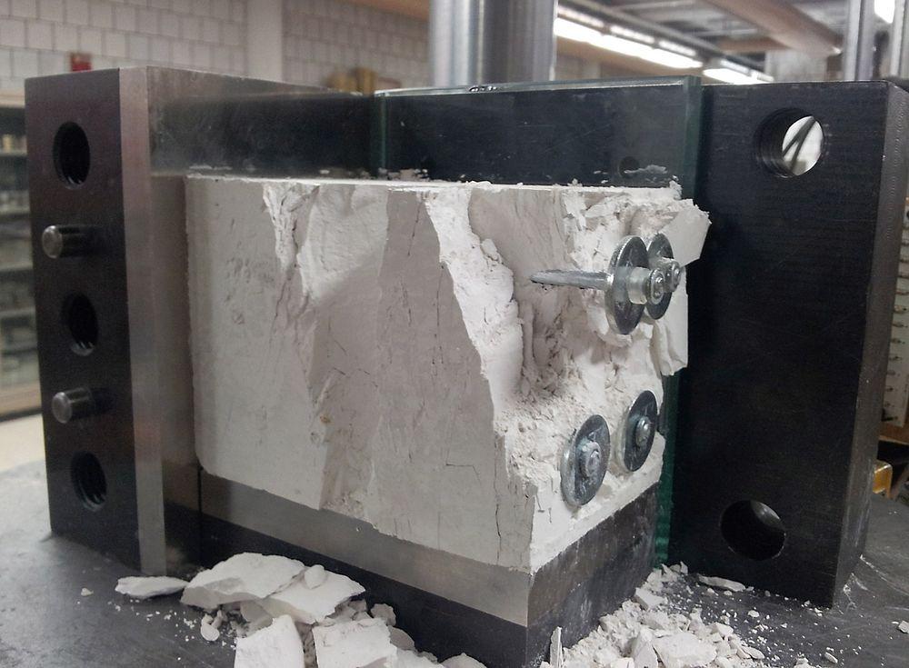 Mens boltene som brukes i tunneler kan være meterlange, har spikrene som testes ut med tanke på å forsterke en oljebrønn en lengde på maksimalt 10 centimeter.