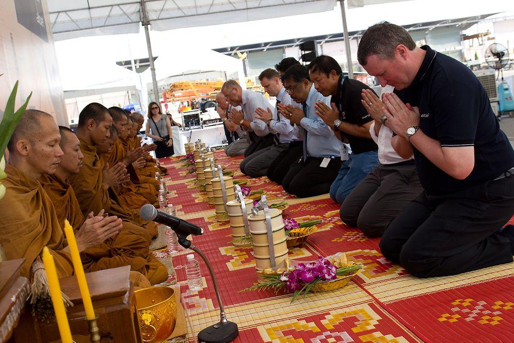 Rundt 40 prosent av arbeidsplassene i Aibels Johan Sverdrup-storkontrakt vil gå til verftet i Thailand, viser selskapets egne tall. Her fra en seremoni ved verftet, hvor thailandske munker velsigner en kompressormodul før den setter ferden mot Norge.