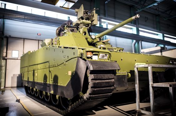 Denne CV90 stormpanservogna (SPV2) er den første serievogna som BAE Systems Hägglunds leverte til Forsvarets logistikkorganisasjon tirsdag.