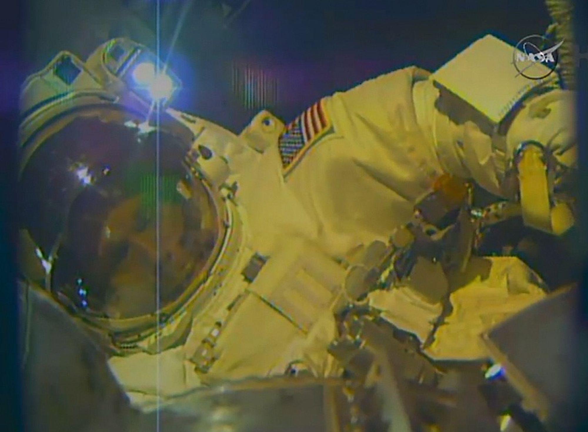 Her er astronaut Terry Virts på oppdrag utenfor romstasjonen den 25. februar.