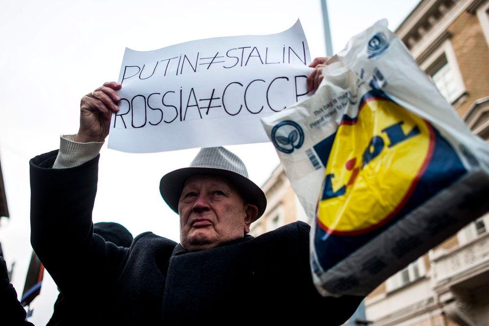 Demonstrerte: Ikke alle var like fornøyde med at Russlands president Vladimir Putin besøkte Ungarn.