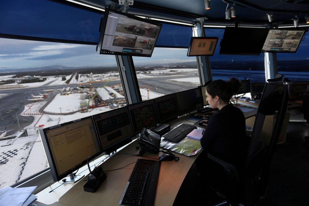 I etasjen under flygelederne sitter flyparkering-avdelingen. Så fort et fly er forsinket skapes en dominoeffekt som gjør at de ansatte her er nødt til å improvisere for å få best mulig trafikkflyt.