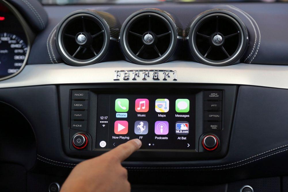 System: Apple har allerede lansert et operativsystem til bruk i biler. Her blir det viste frem av Stephen Chick i Apple under Worldwide Developers Conference i San Francisco i fjor.