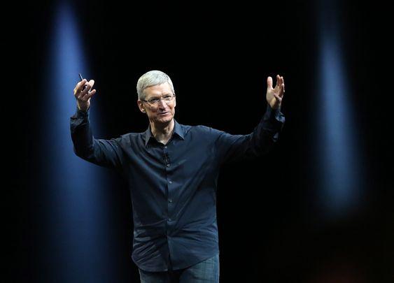 Apple, her representert ved selskapets direktør Tim Cook, har utviklet en smartklokke og setter den i produksjon i juli, opplyser kilder i industrien til Reuters. Apple vil ikke kommentere meldingen.