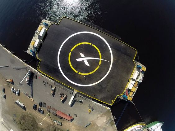 Landingsplattformen er ikke så stor, den måler 91x52 meter, og til overmål er den i bevegelse.