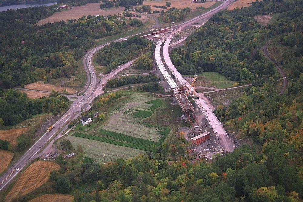 Det opppsto en rekke synkehull da Hellandbrua på nye E18 i Vestfold skulle bygges på slutten av 90-tallet.