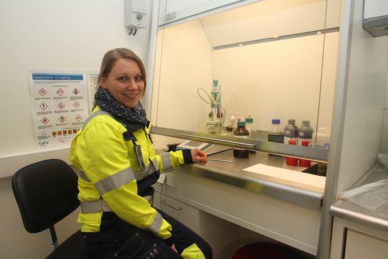 I det nye laboratoriet tilknyttet oljevernsenteret til Kystverket i Horten, kan rådgiver Birgitte Brockstedt Kvamme  blande alle typer emulsjoner utstyret skal testes på.