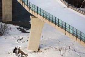 Holmestrand  20150203.E18 i Vestfold er stengt i begge retninger etter at Skjeggestadbrua i Holmestrand falt delvis sammen. Det har gått et større ras under og ved siden av brua. Trafikken går nå gjennom Holmestrand sentrum.Foto: Tore Meek / NTB scanpix