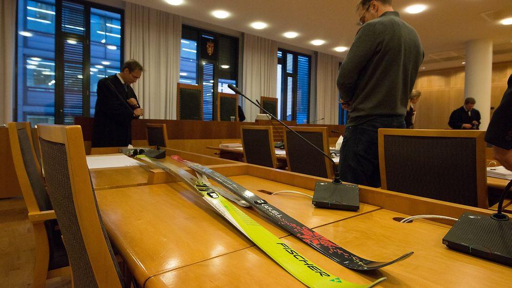 Fjellski fra Fischer og Åsnes ligger på rekke og rad i Oslo tingrett. Bak til venstre er Åsnes' prosessfullmektig Thomas Rukin.