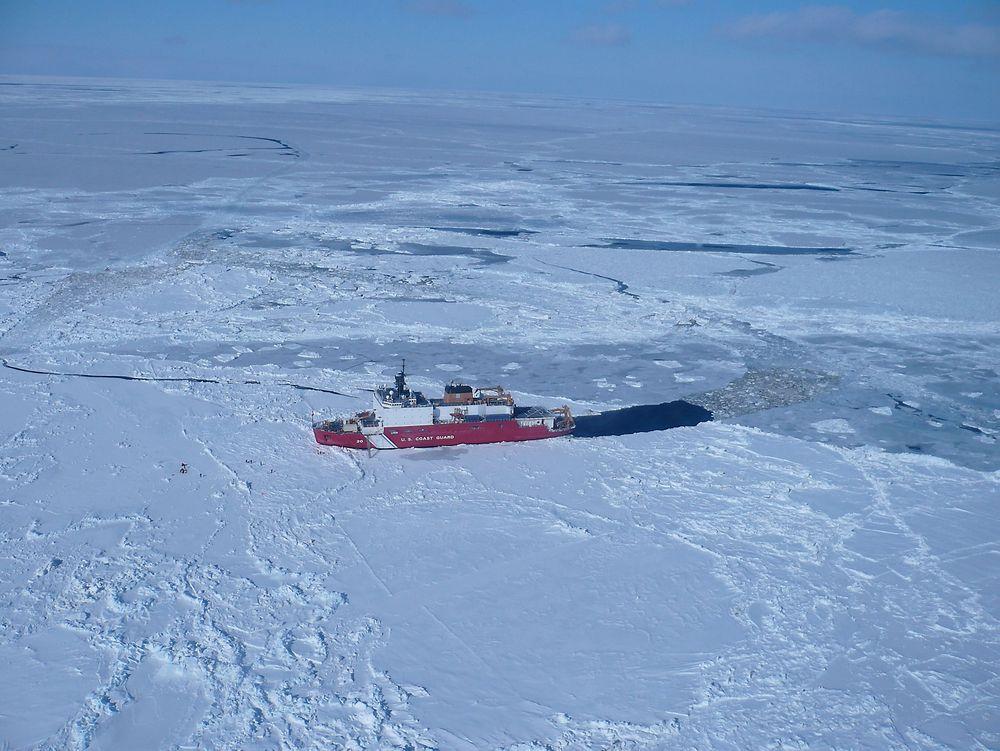 Arktis skjuler store ressurser, men setter mennesker og utstyr på store utfordringer. Isbryteren Healy i Beringstredet. Forskere er ute på isen.