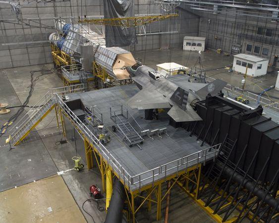 Her er BF-5 på plass i hovedhangaren på MCL i et oppsett som simulerer ising ved skydråper/skyis.