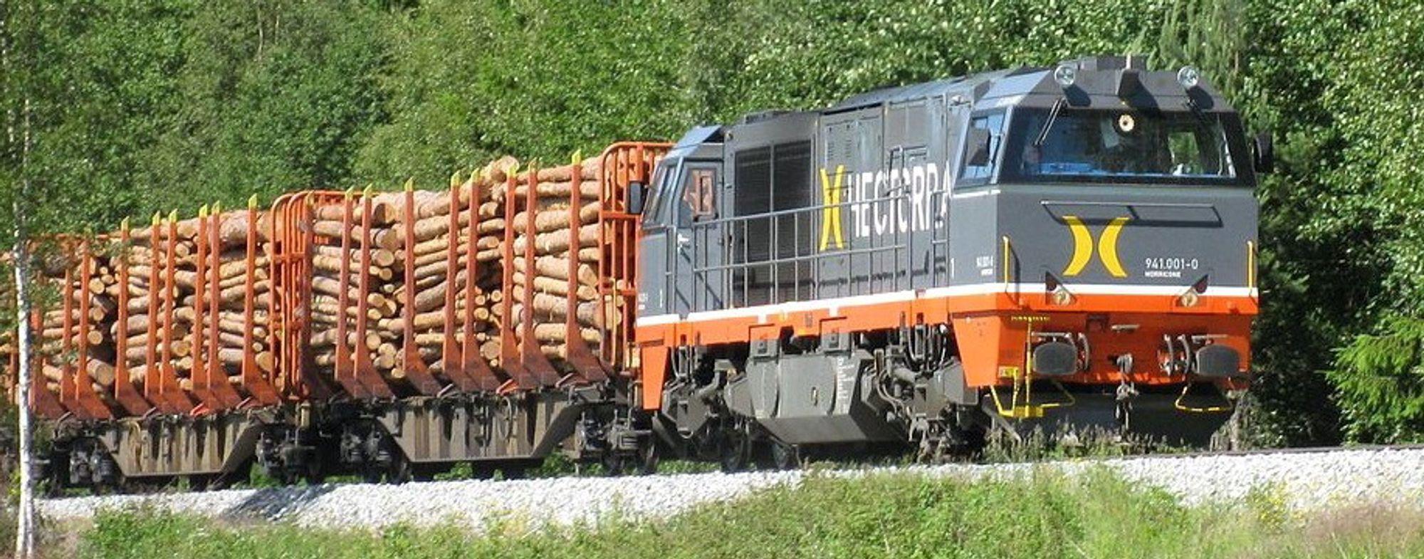 Nå starter tømmertransport på skinner fra den nedlagte Follum-fabrikken ved Hønefoss. Virket sendes til Halden for videre behandling av Norske Skog.Bildet viser tømmertog på Solørbanen 2009.