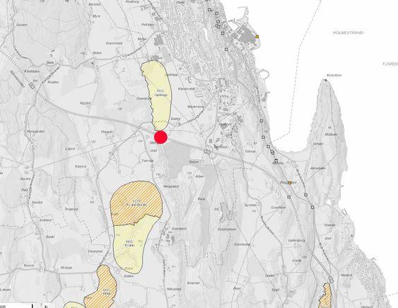 Den røde prikken viser den skadde brua. De skraverte områdene nord og sør for prikken er kartlagte kvikkleiresoner.