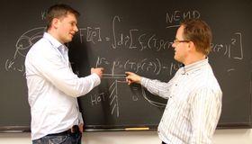 Øivind Wilhemsen og Titus van Erp har vært sentrale i å utvikle en ny metode for å finne ut hvordan nanopartikler med ulike former transporterer varme og masse.