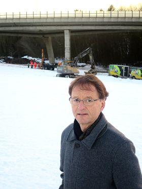 Brudirektør Børre Stensvold er bekymret for at østre løp kan bli skadet dersom vestre løp på Skjeggestadbrua kollapser helt.