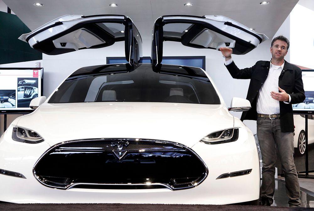 Franz von Holzhausen, sjefdesigner i Tesla Motors, snakker om falkevingedørene på en pressekonferanse i Detroit.