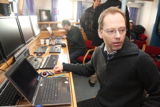 Sintef-forskerne Arne Lie (foran) og Tor Arne Reinen følger med på signalene fra sensorene via Cnodene.