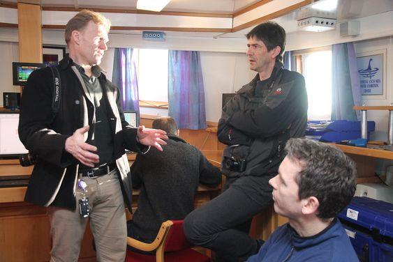 Salgssjef for Subsea Monitoring i Kongsberg Maritime, Arild Brevik diskuterer med Norteks utviklingssjef Morten Jørgensen (stående) og  Martin Alvsaker.