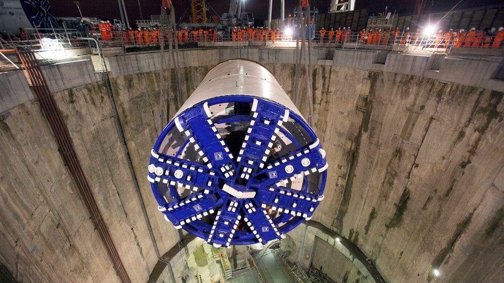 Mens åtte store tunnelboremaskiner driver tunneler under London by, drives fremdeles de fleste store norske tunneler med konvensjonell boring og sprengning.