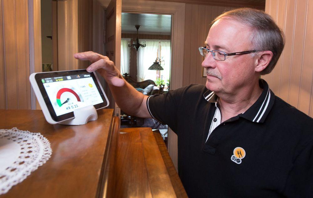 Sparte strøm: Sveinung Dale reduserte sitt strømforbruk med 15 prosent etter at han ble med i testprosjektet på Hvaler og fikk dette displayet.