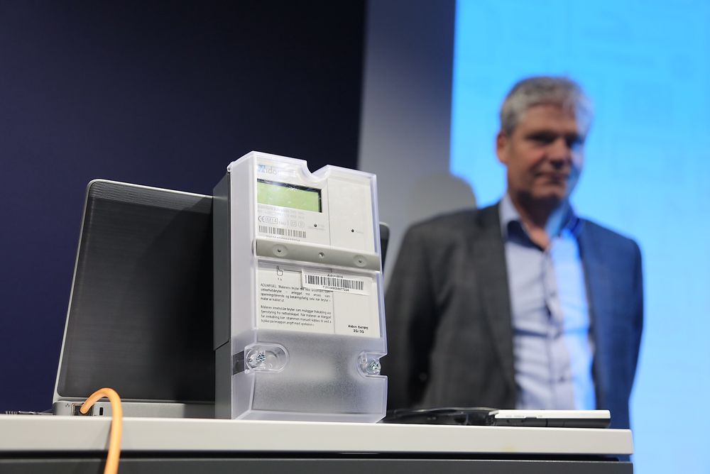 Slik ser strømmåleren ut som 700.000 Hafslund-kunder skal få installert i løpet av de nærmeste fire årene. I bakgrunnen ser vi administrerende direktør i Aidon Norge, Thor-Erik Næss.