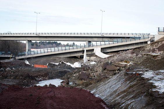 Restene etter sprengningen av Skjeggestad bru på E18 ved Holmestrand lørdag ettermiddag. Foto: Heiko Junge / NTB scanpix