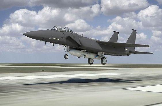 F-15 med Alasa-rakett og nyttelast under buken.