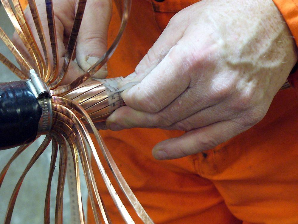 Skjøting av kabler skjer innenfra og utover, med lodding og fletting.