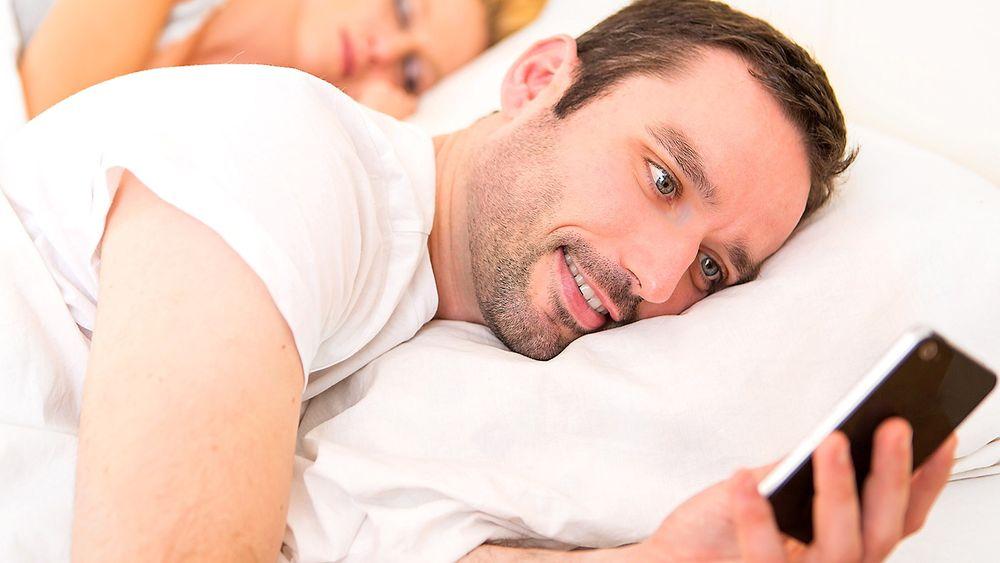 Surfer du rett før du skal sove? Blått lys kan forstyrre søvnen din, men det finnes apper som kan filtrere vekk slikt lys.