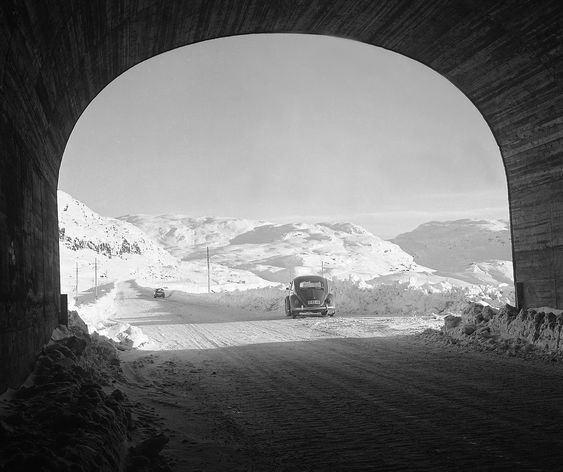 HAUKELI November 1967 Helårsveien Røldal / Haukeli er åpen for første gang vinteren 1967-1968. Her fra en av tunnelene med utsyn mot fjellheimen. Folkevogn i bildet. Foto: Kvaale / NTB / Scanpix