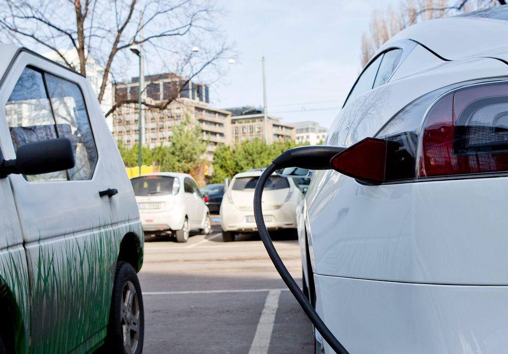 De to største svenske kraftselskapene kutter ut gratislading for elbileiere. Nå må de ut med 3 kroner minuttet for hurtiglading.