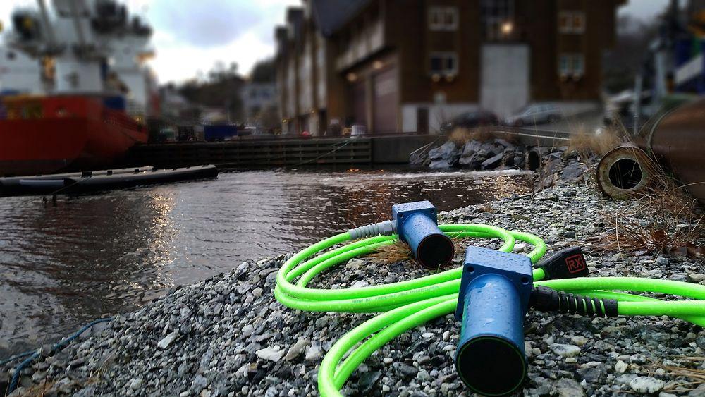 Denne connectoren er «pinless», som  betyr at man slipper å bekymre seg for at saltvannet skal føre til rust på metallpinnene som tidligere har skapt trøbbel for oljeselskaper som opererer subsea. Ved hjelp av denne kan man overføre strøm og data  trådløst.