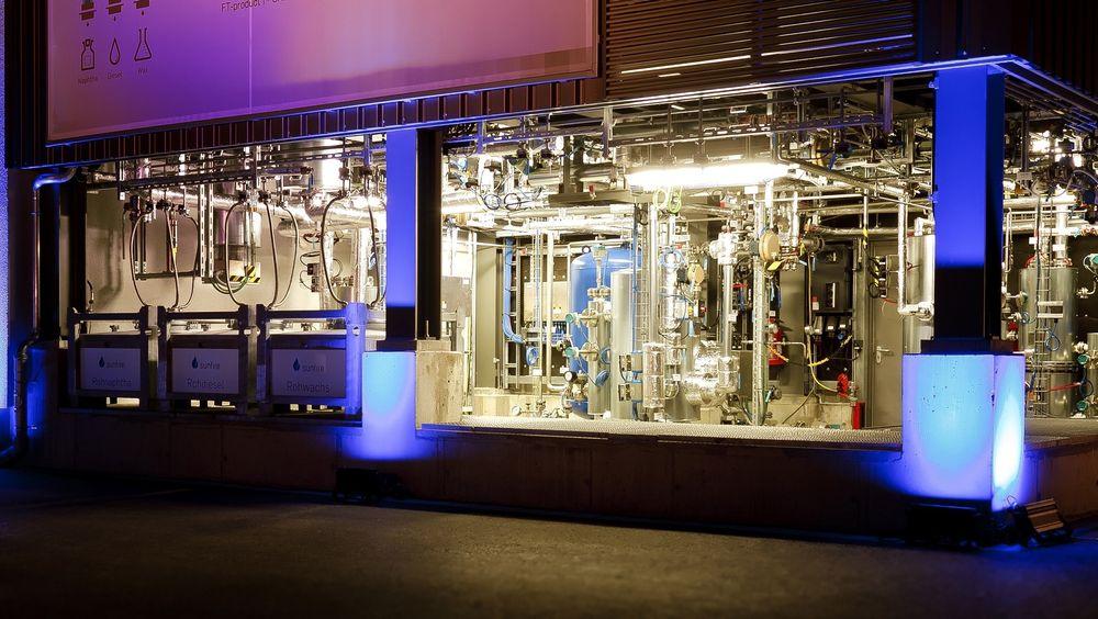 Tyske Sunfire har kommet opp med en elektrolyseprosess som benytter damp i stedet for væske. Det gir langt høyere virkningsgrad for konvertering av vann og CO2 til drivstoff. Her demonstrasjonsanlegget i Dresden.