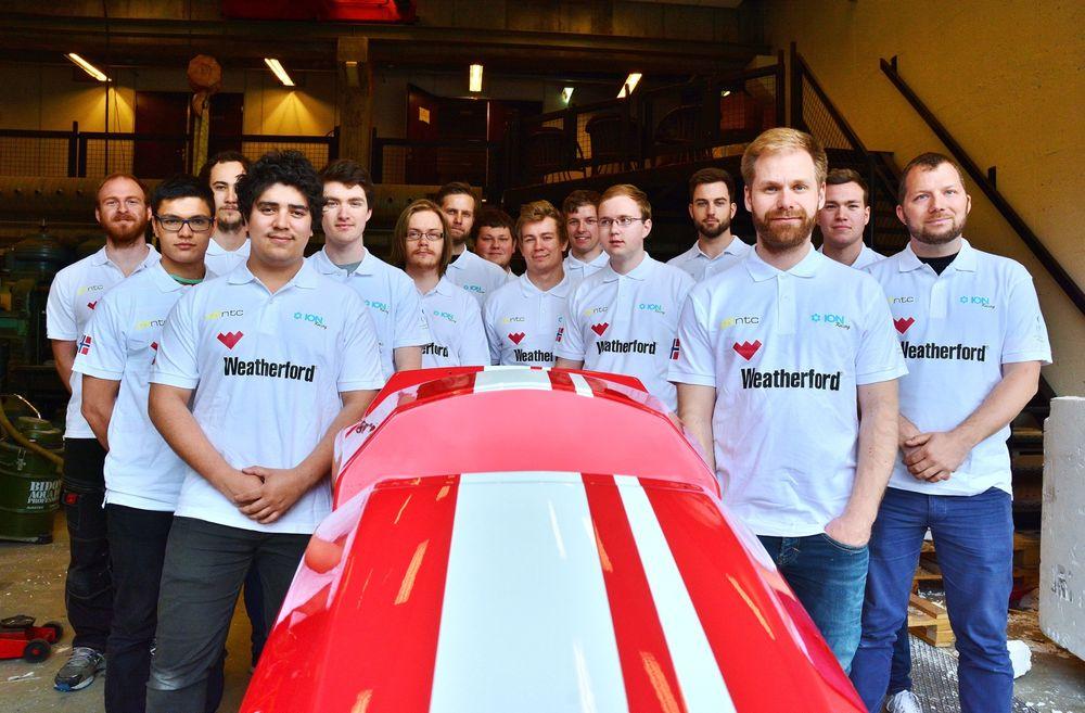 20 ingeniørstudenter ved Universitetet i Stavanger skriver bacheloroppgave om en racerbil de selv har vært med på å planlegge, designe og bygge. De mener selv de får mer igjen for det, enn å skrive en tradisjonell, teoretisk oppgave.