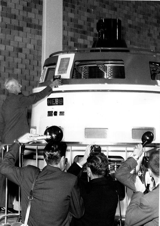 DALEN I TELEMARK  19610822Tokke Kraftverk  settes  drift. Kraftverket vil produsere kraft til 80.000 mennesker. Her trykker statsminister Einar Gerhardsen på knappen som setter anlegget igang. Pressefotografer foreviger begivenheten.Foto: NTB / Scanpix
