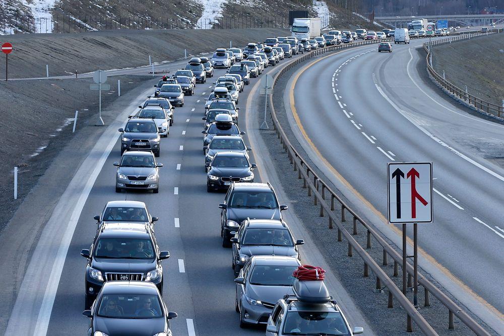 Åtte av tretten bilprodusenter når ikke EUs krav om redusert CO2-utslipp i 2012.