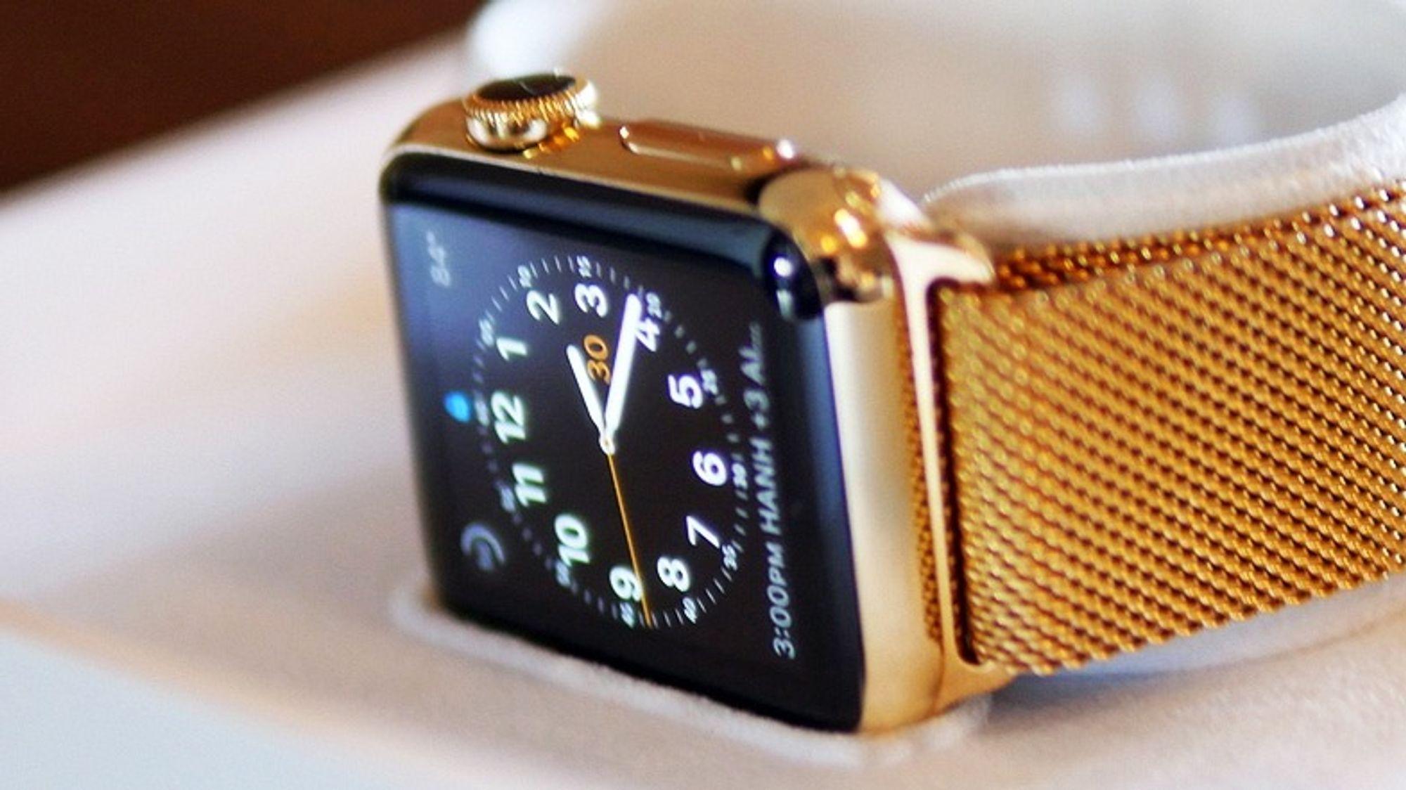 Slik ser en gullbelagt, vanlig, Apple watch ut etter behandlingen.