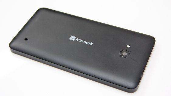 Telefonen har deksel i plast. Dette kan fjernes, slik at du kan bytte batteri og sette inn minnekort.