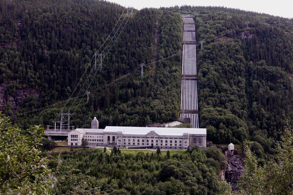 Vemork kraftstasjon ved Rjukan i Telemark ble bygd av Norsk Hydro, og sto ferdig i 1911. Den er kanskje aller mest kjent for å bli sabotert av Kompani Linge under den andre verdenskrig, fordi tyskerne produserte tungtvann som de trodde var nødvendig i utviklingen av atombomben.