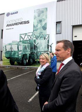 Næringsminister Monica Mæland ble tirsdag vist rundt på Saab Technologies Norway av Anders Linder, som er sjef for bakkeradarer i Saab-konsernet.