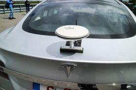 GPS for viderekommende: Selv en så avansert utvendig antenne til GPS-anlegget holder ikke til å posisjonere den selvkjørende nøyaktig bilen på veien.