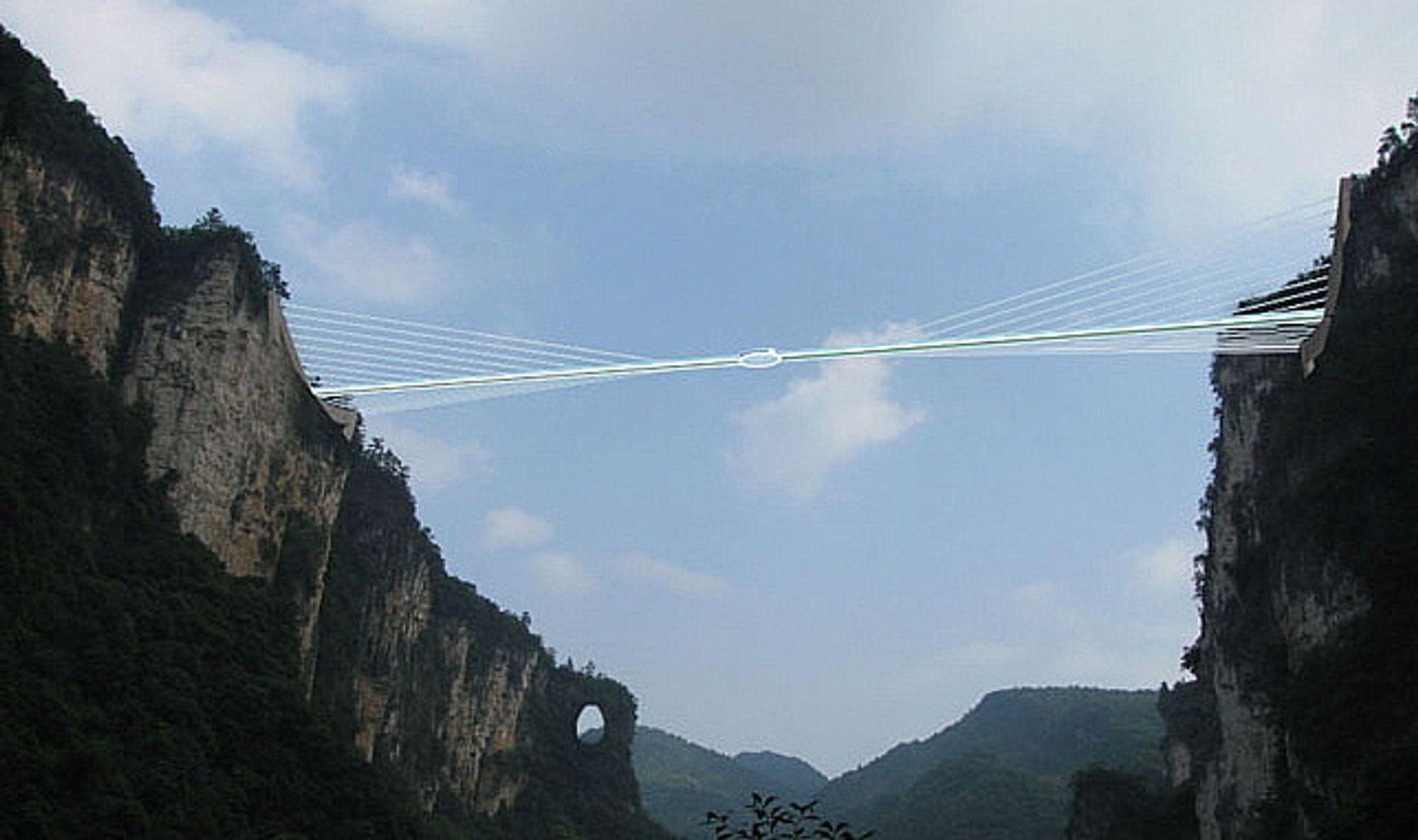Det vil være mulig å hoppe i strikk ned fra den 300 meter høye glassbrua i nasjonalparken Zhangjiajie i Kina.