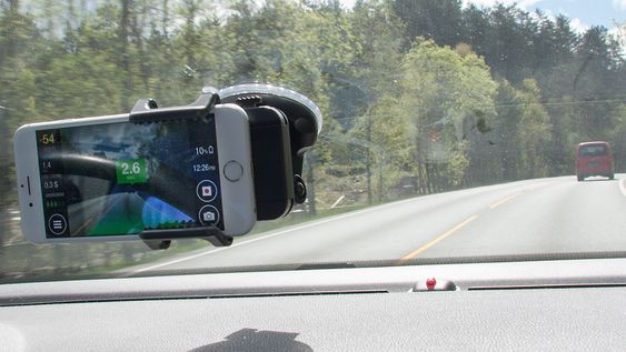 iOnRoad har en rekke nyttige funksjoner, som måling av avstanden til bilen foran deg.