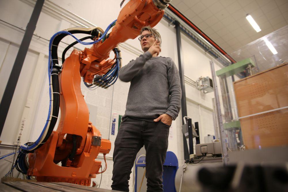 Postdoktor Knut Berg Kaldestad (t.v) har vært en ivrig bruker av mekatronikk-laben til Universitetet i Agder. Nå får universitetet og Node-klyngen 20 millioner kroner av staten til å sette opp en helt ny lab der man skal teste ut teknologier for oljeindustrien.