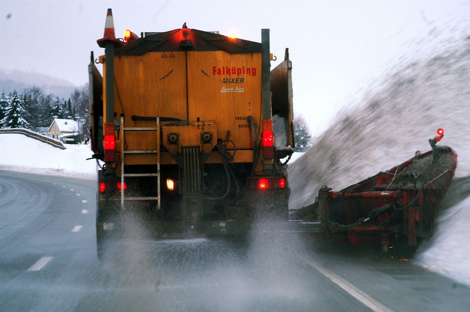 Mens natriumklorid brukes langs de fleste vinterveiene i Norge, benyttes magnesiumklorid i Oslo og Trondheim for å bedre luftkvalitetten ved å redusere noe av svevestøvproblematikken.