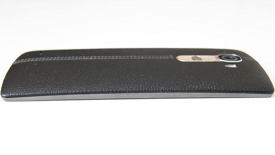 LG G4 er svakt buet, men det er ikke noe du egentlig legger merke til før du legger telefonen på bordet og ser den fra siden.