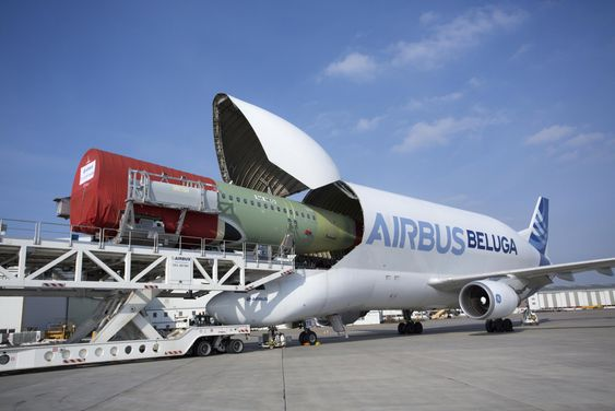 Her er Airbus Beluga med en skrogdel til det første A320 Neo-flyet.